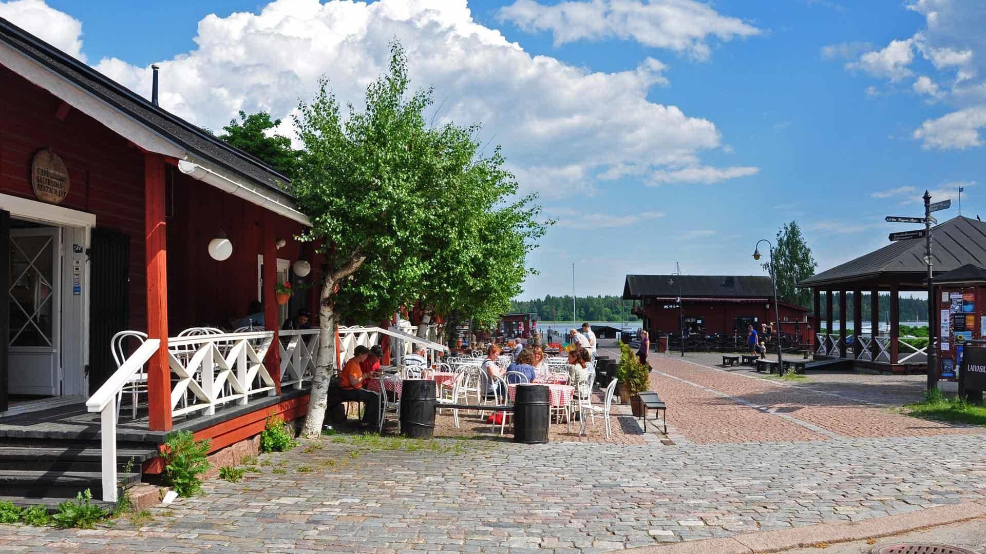 Loviisan Laivasilta ja pienvenesatama ravintoloineen ovat suosittuja käyntikohteita.