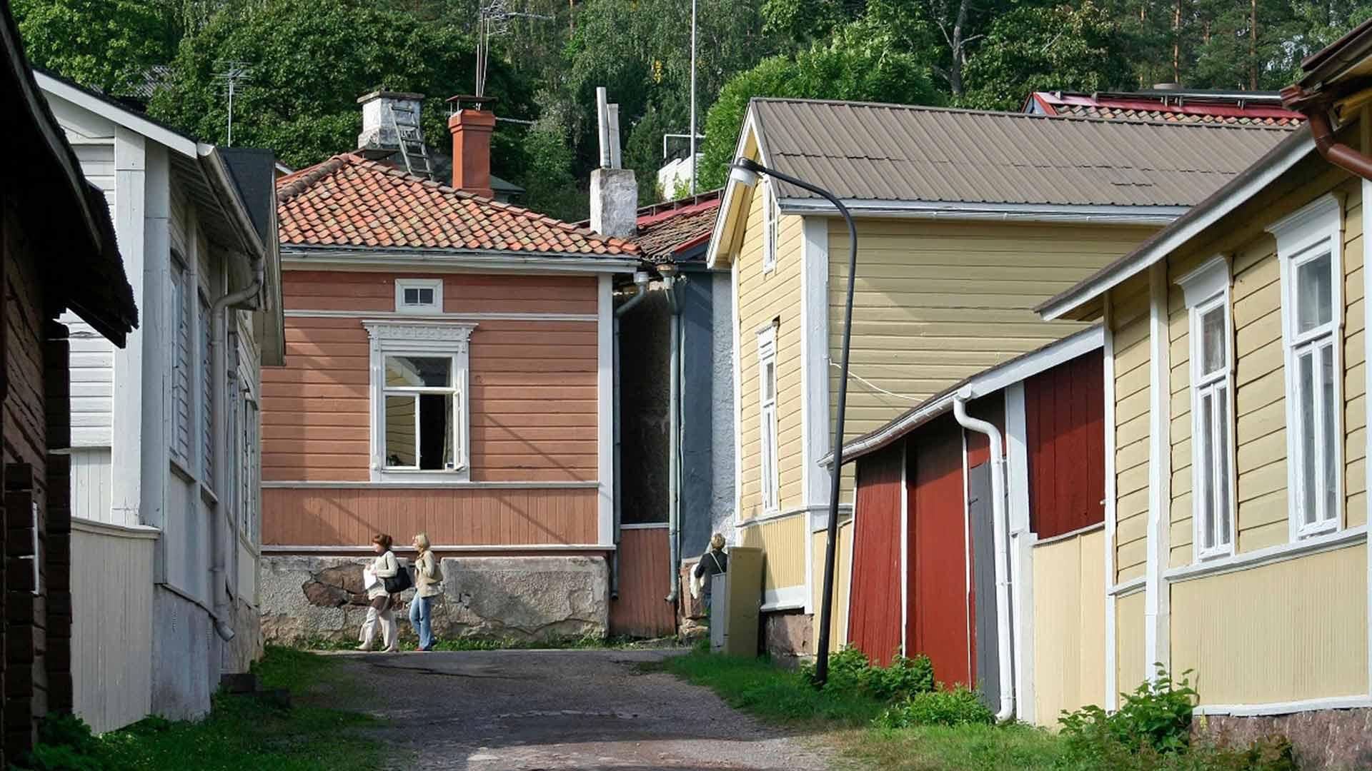 Historiallisen alakaupungin vanhat talot kiinnostavat turisteja.
