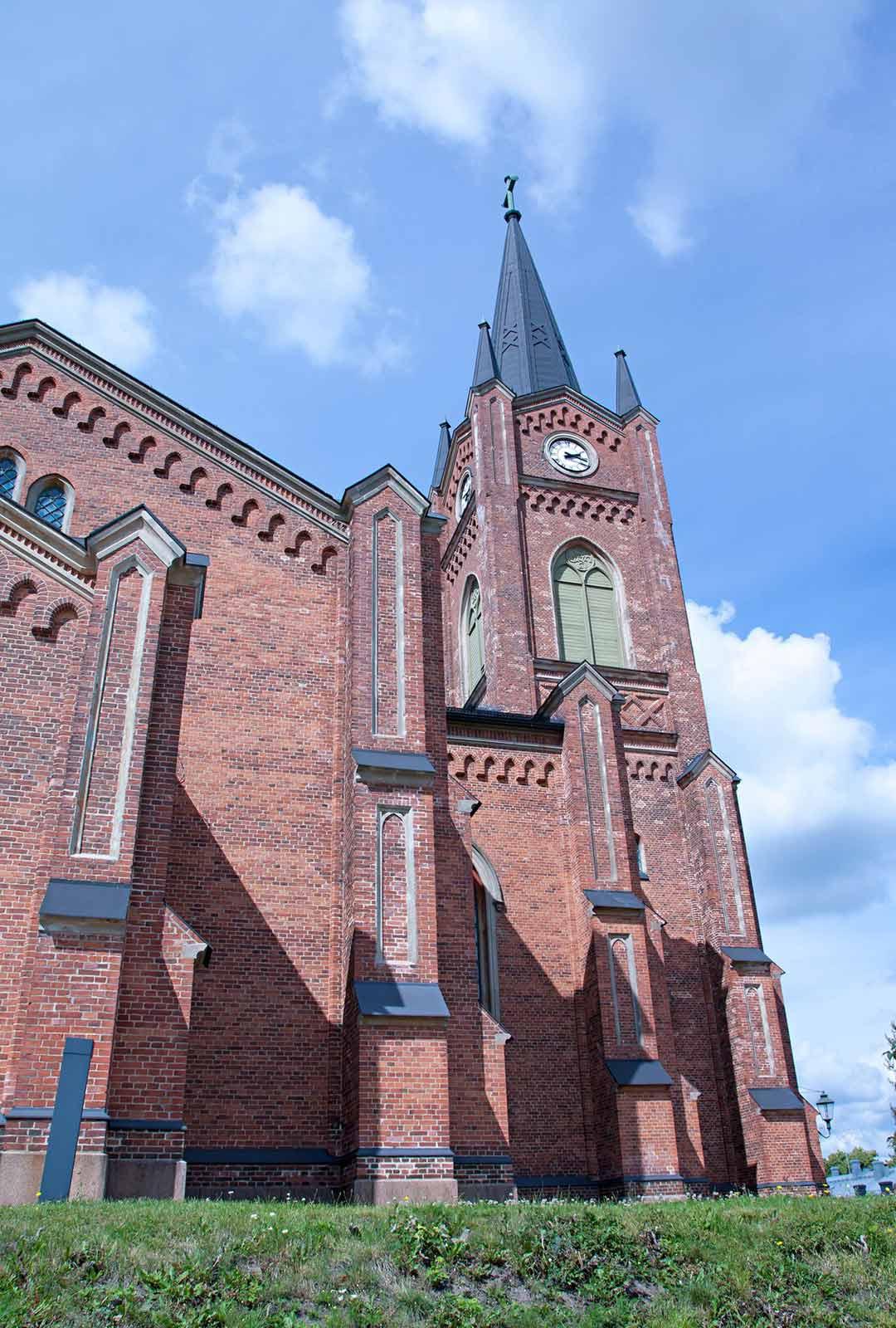 Loviisan jyhkeä kirkko sijaitsee sisääntuloväylän päässä.