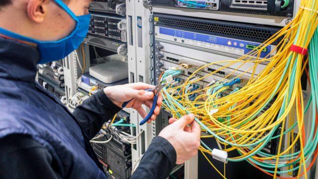 Digitalisaatio on vähentänyt monia tieto- ja viestintätekniikan alan ammatteja ja nostanut jäljelle jääneiden tehtävien vaatimustasoa.