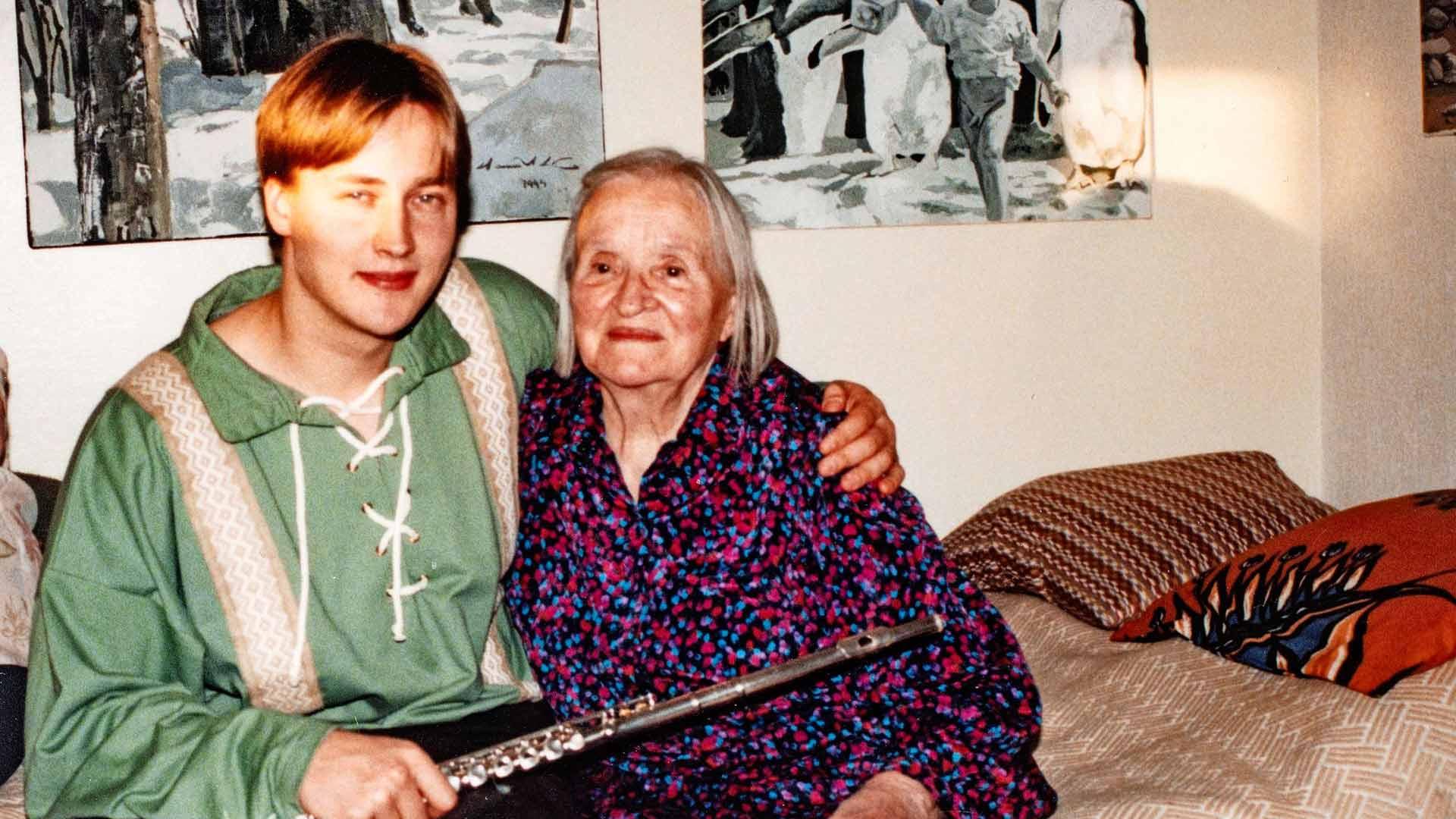 Elli-mummo Hannun kainalossa vuonna 1995. Musikaalinen Hannu soitti nuorena pitkään huilua, joka on vaihtui myöhemmin saksofoniin.