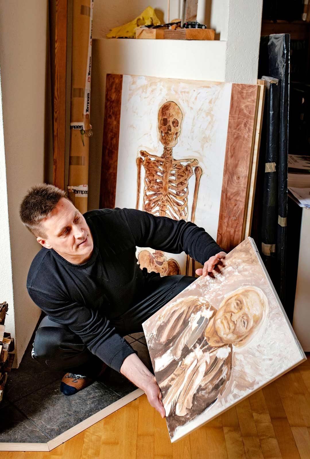 Hannu Leimu maalasi Elli-mummostaan tunnissa muotokuvan tämän kuolinpäivänä.