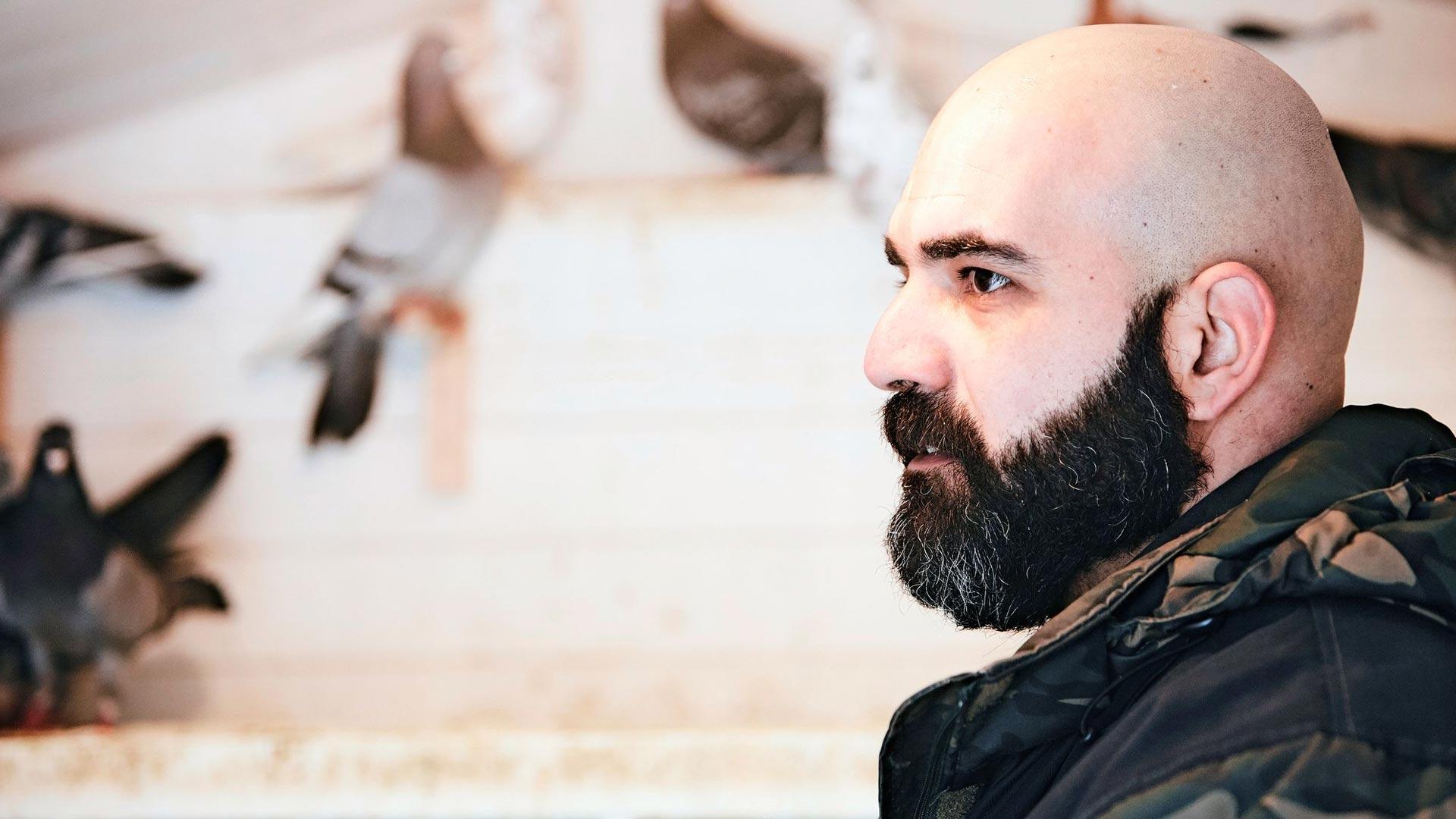 Bahaa on mestari hoitamaan lintuja. Hänen synnyinmaassaan Irakissa kasvatettiin viestikyyhkyjä.