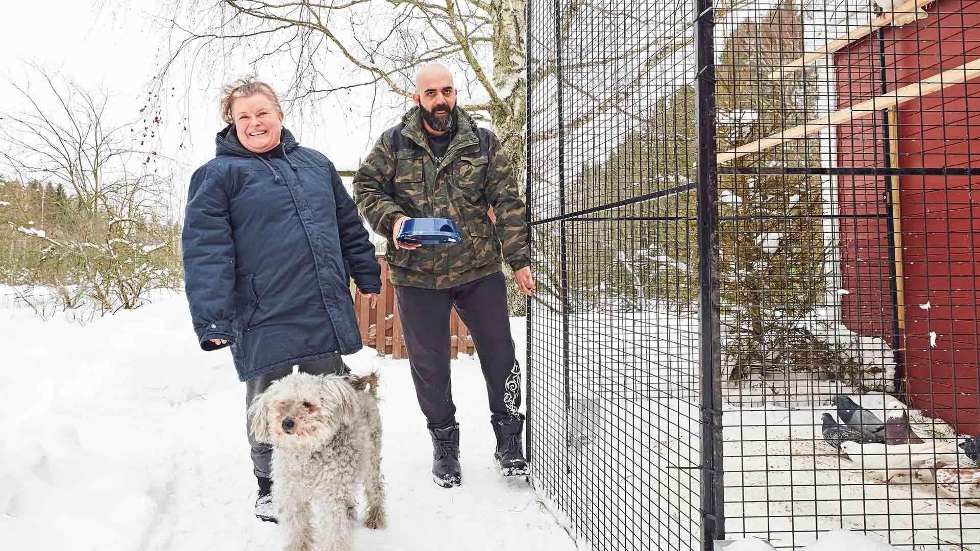 Hanna ja Bahaa Al-Saedi ovat hitsautuneet yhteen. Eläinten hoitaminen on yhteinen juttu. Mukana menossa on aina myös Usva-koira.