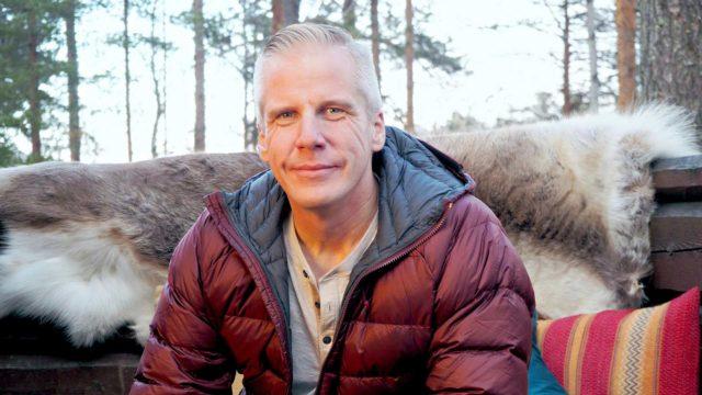 """Kiinteistövälittäjä Roy Rissanen viihtyi Suomessa tosi-tv-ohjelmaa tehtäessä. Yksi hyvän morsiamen kriteeri on tämä: """"Viihtyy niin lenkkitossuissa kuin korkokengissäkin."""""""
