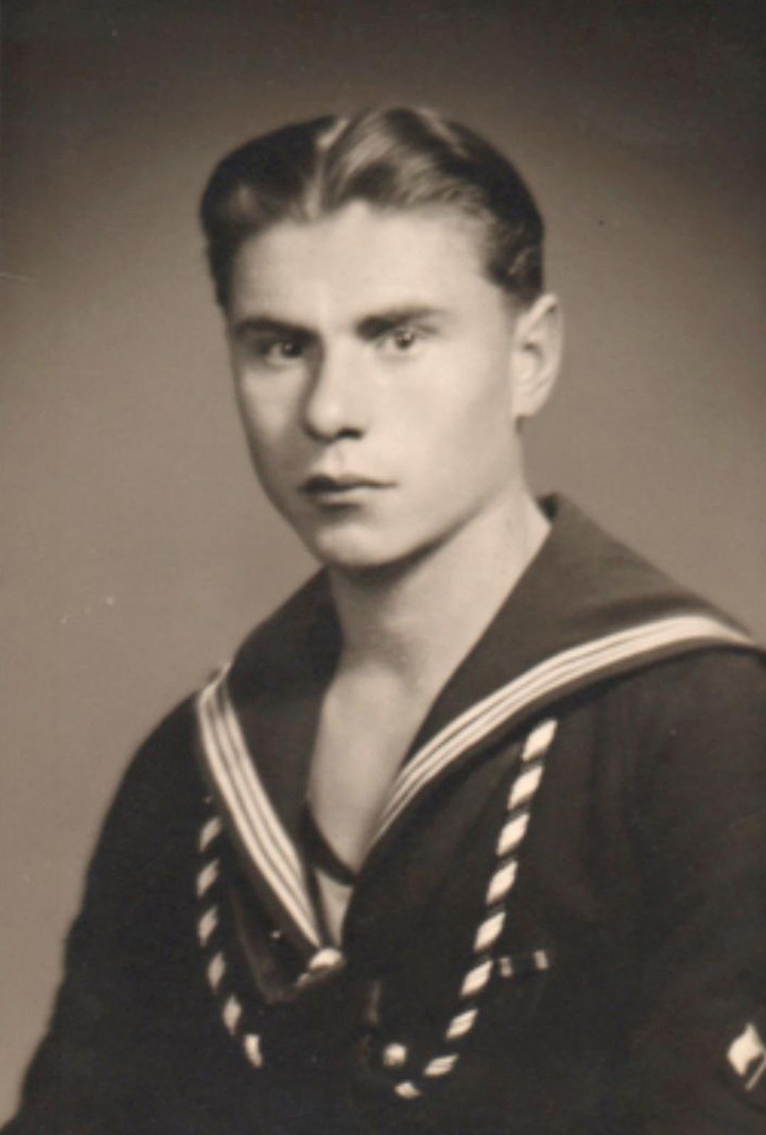 Roy äidinisä Martti Paavilainen kuului panssarilaiva Ilmarisen miehistöön, mutta ei onneksi ollut aluksessa sen tuhoutuessa 1941.