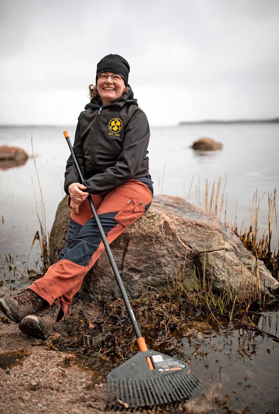 Britt-Lis Sederholm pitää tauon Lövön saaren upeissa maisemissa.