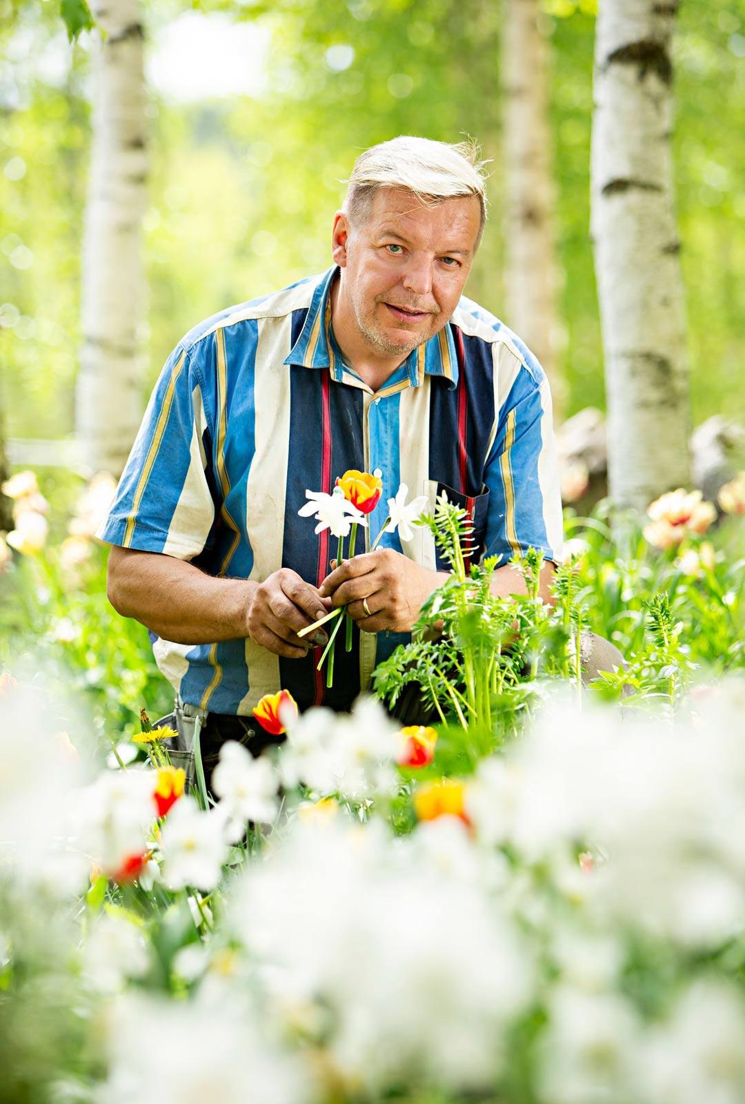 Valoisaan vuodenaikaan Veli-Pekka Weckman herää jo varhain nauttiakseen rauhassa kukkaloistosta.