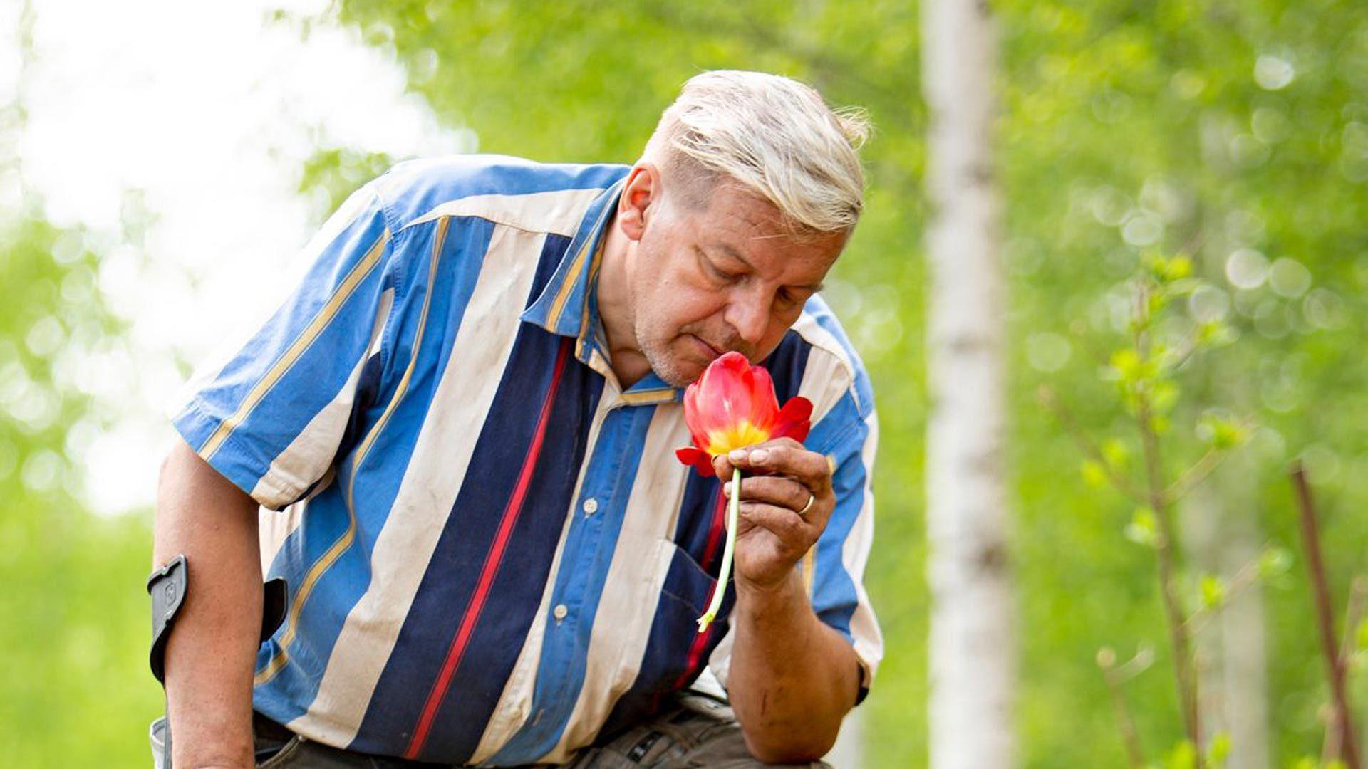 Veli-Pekka haluaa ilahduttaa ihmisiä hämmästyttävällä metsäpuutarhallaan.