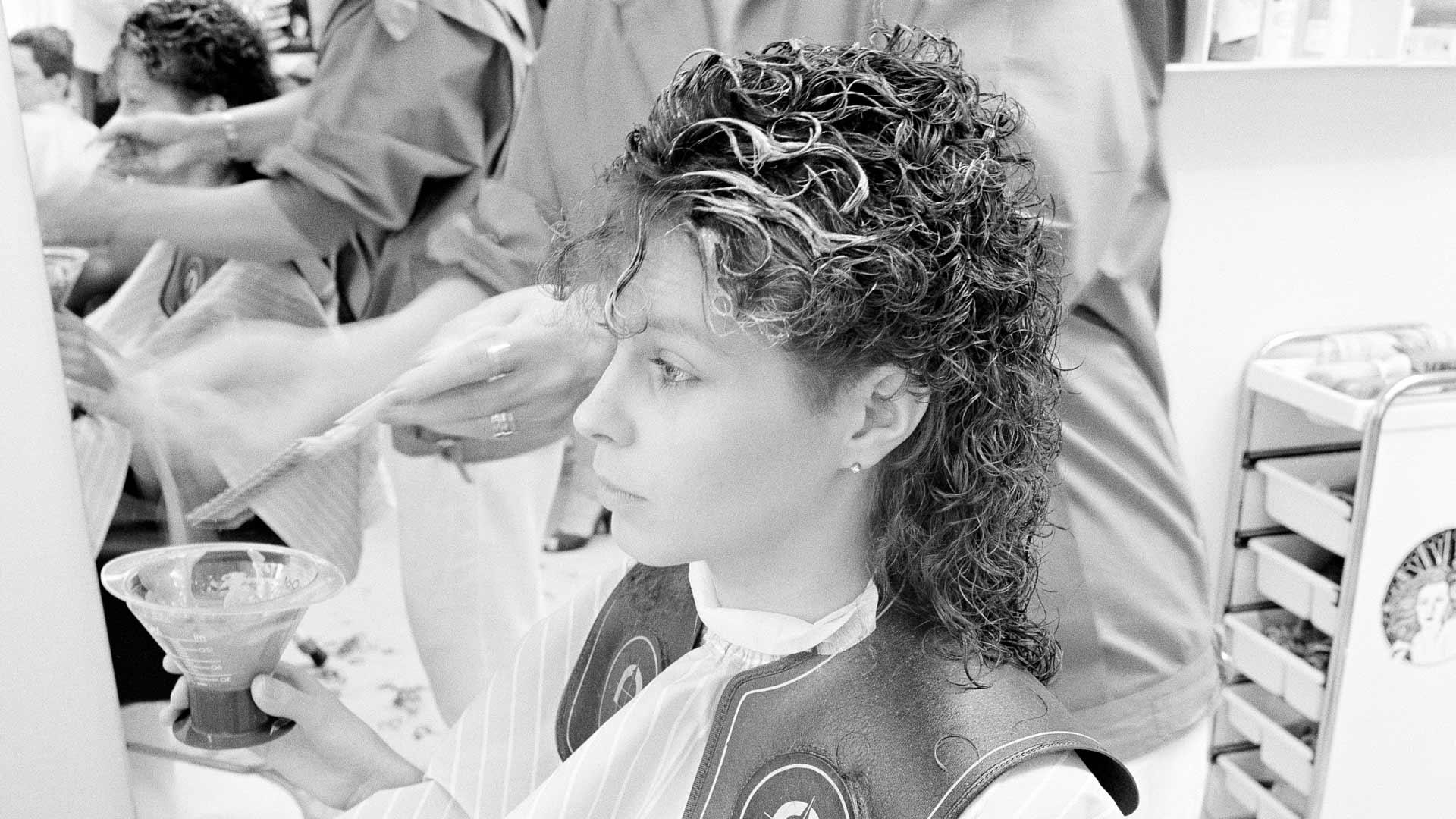 Hiusten värjäystä parturi-kampaamo Tuulitukassa vuonna 1986.