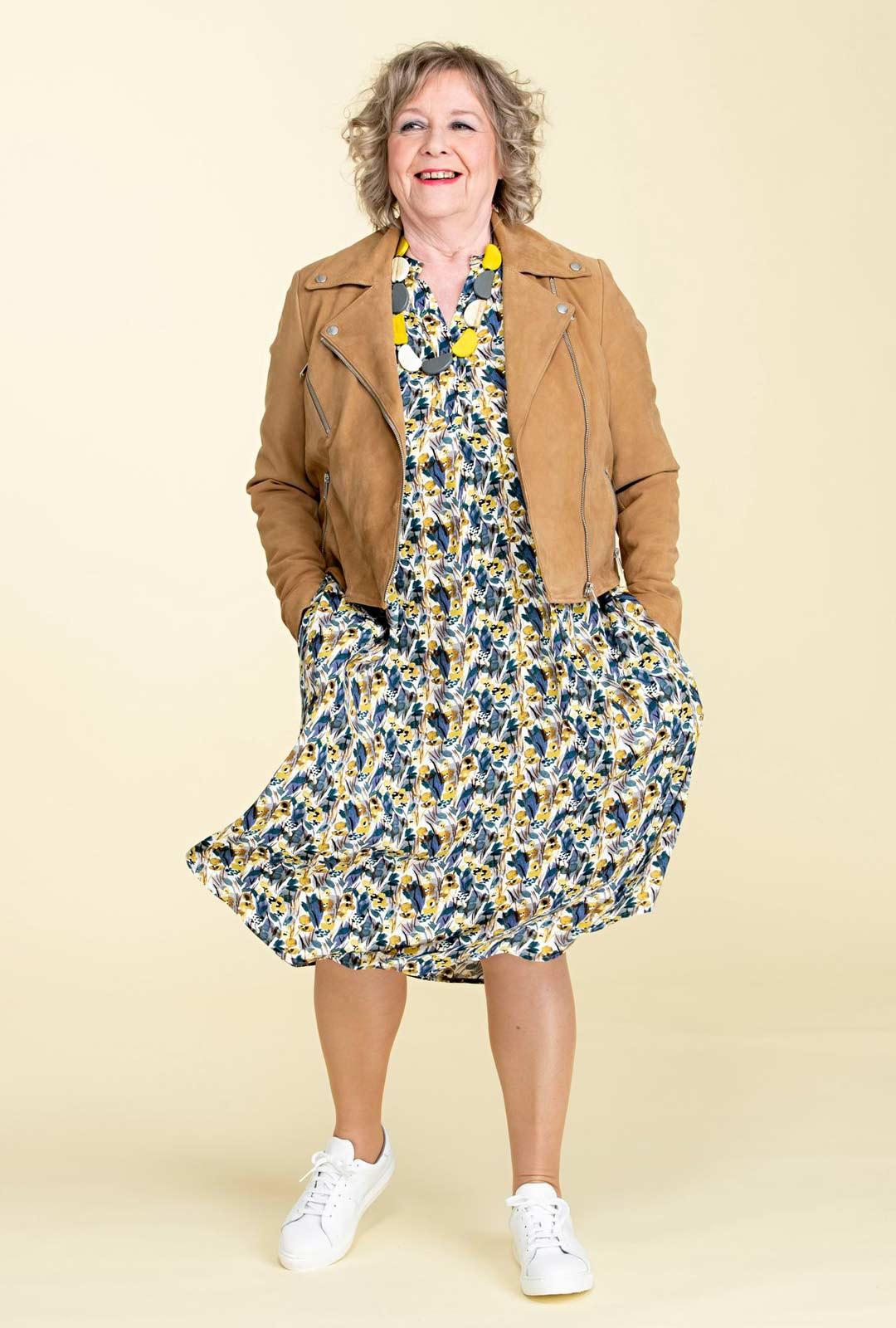 Vyötärömittainen jakku tekee vyötärön ja saa alaosan näyttämään pitkältä. Jakulla saa myös mekon rennon väljyyden koottua sopivaksi vyötäröltä.