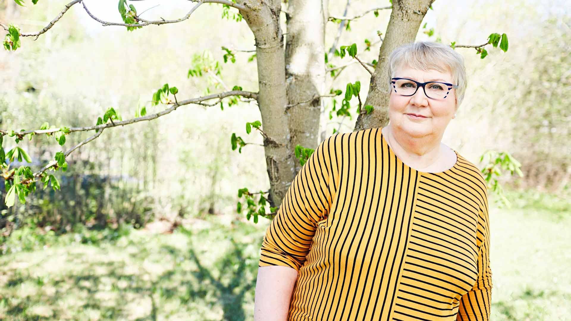 Kirjailija Anneli Kanto kirjoitti romaanin Pyhän Ristin kirkosta ja ihastui Hattulan maisemiin.