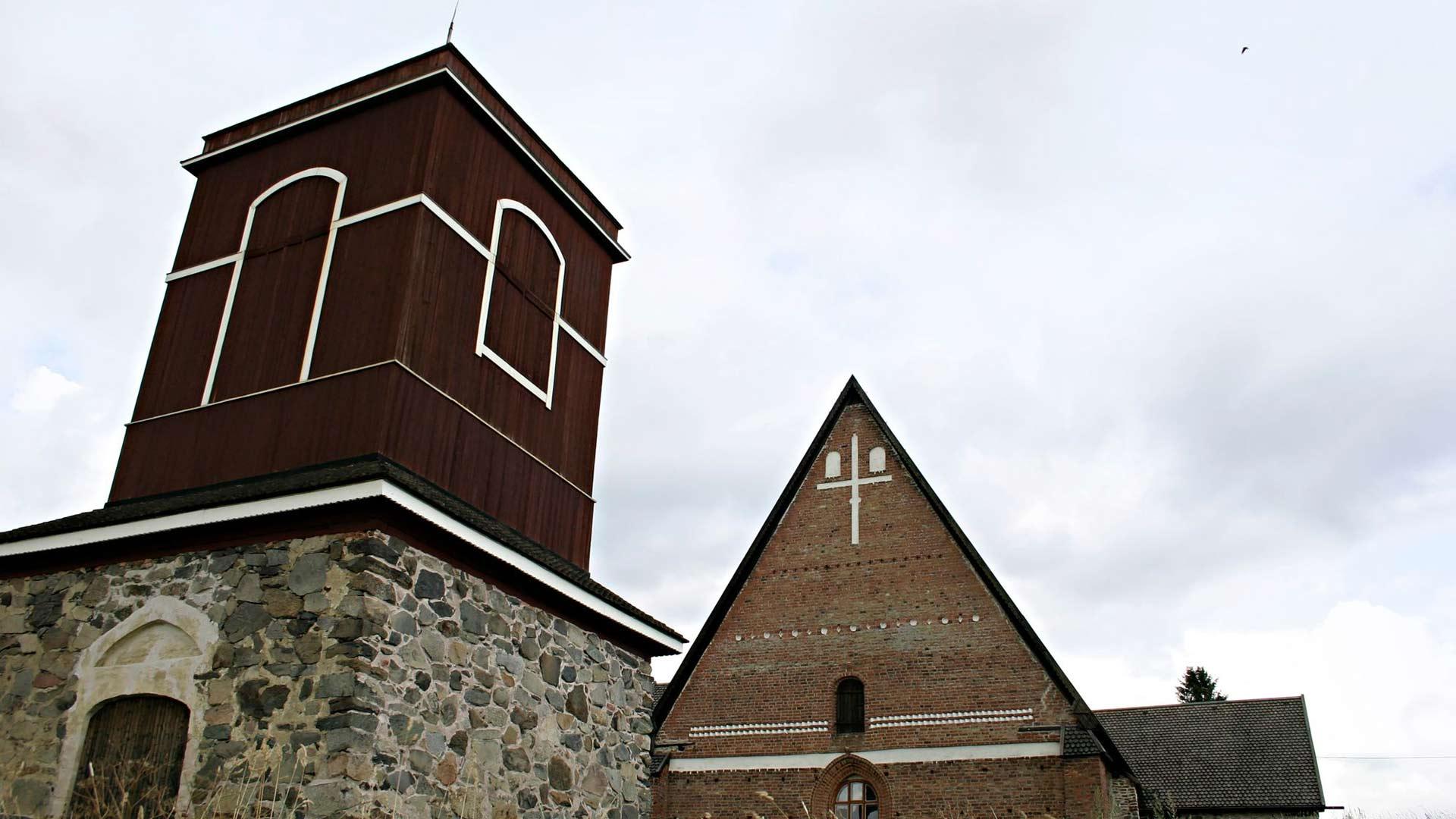 Hattulan Pyhän Ristin kirkko on Turun tuomiokirkon lisäksi ainoa tiilistä muurattu keskiaikainen kivikirkko.