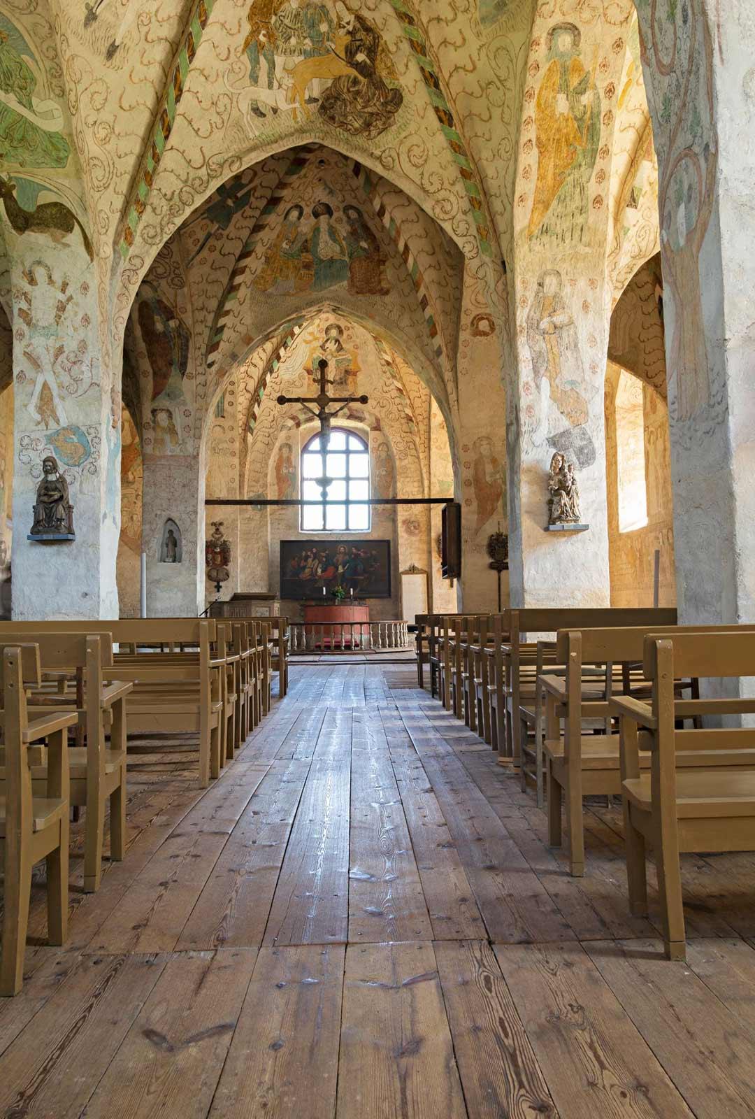 Kirkko on koristeltu kuvin seinistä kattoon. Sen keskiaikainen kauneus on ainutlaatuista.