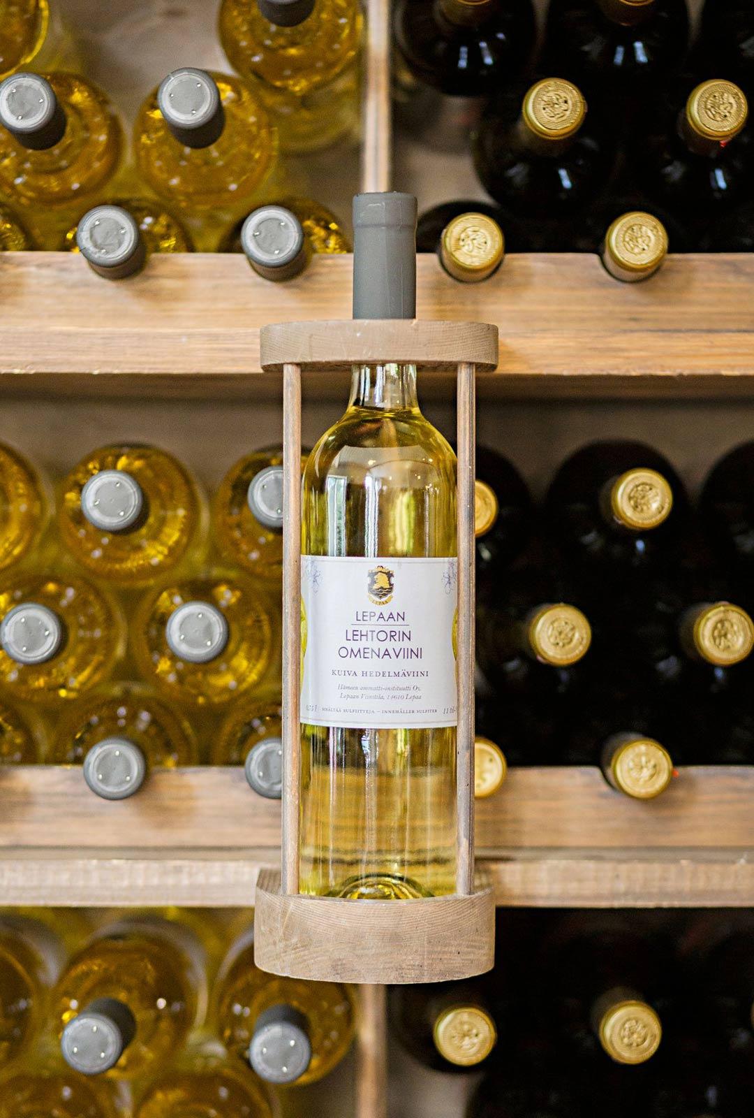 Viinitilalta voi ostaa mukaan sekä viiniä että siideriä.