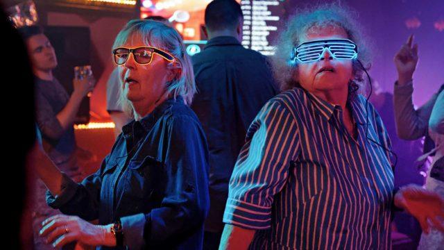 Leena Uotila ja Saara Pakkasvirta irrottelevat diskossa elokuvassaTeräsleidit.