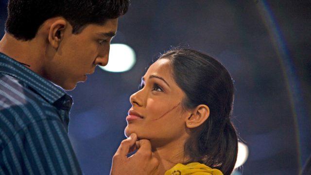 Slummien miljonääri, kuvassa Jamal (Dev Patel) ja Latika (Freida Pinto).
