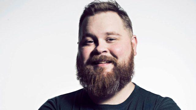 Burgerimies Suomessa, kuvassaAkseli Herlevi.