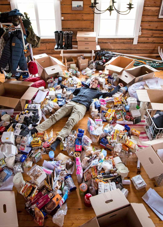 Kuvassa lähes kaikki ennen reissua hankitut eväät ja varusteet, jotka pakattiin laatikoihin ja toimitettiin huoltopisteisiin. Ruuan lisäksi vuoden mittaan kului paljon esimerkiksi sukkia.