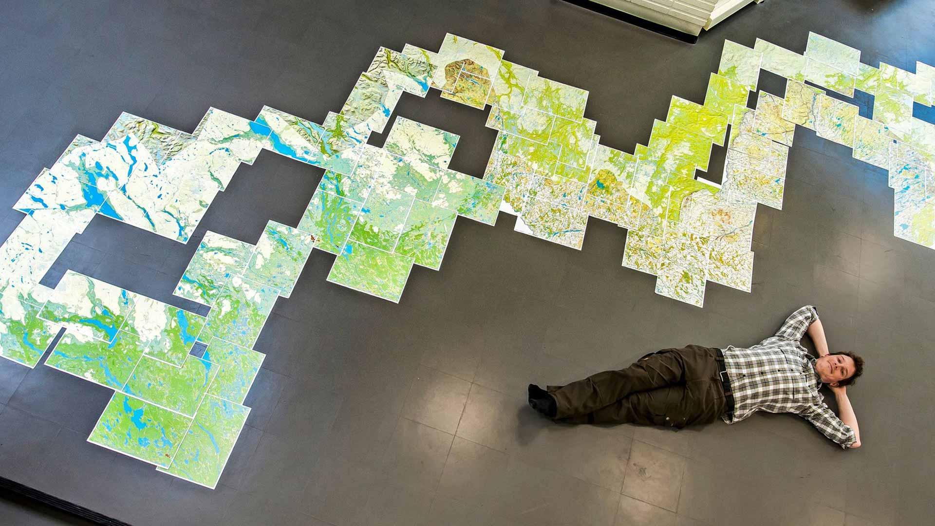 Erno Saukko käveli vaelluksellaan 2500 kilometriä ja suunnisti kartan ja kompassin avulla. A3-kokoisia karttoja tarvittiin 93 kappaletta.