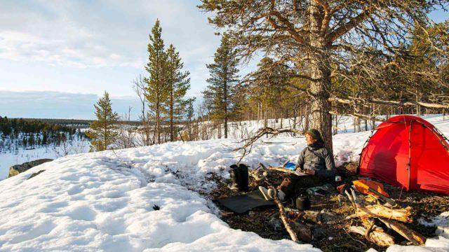 Erno Saukko kevätleirissään Vaskojoen varressa Lemmenjoen kansallispuistossa toukokuussa 2020.