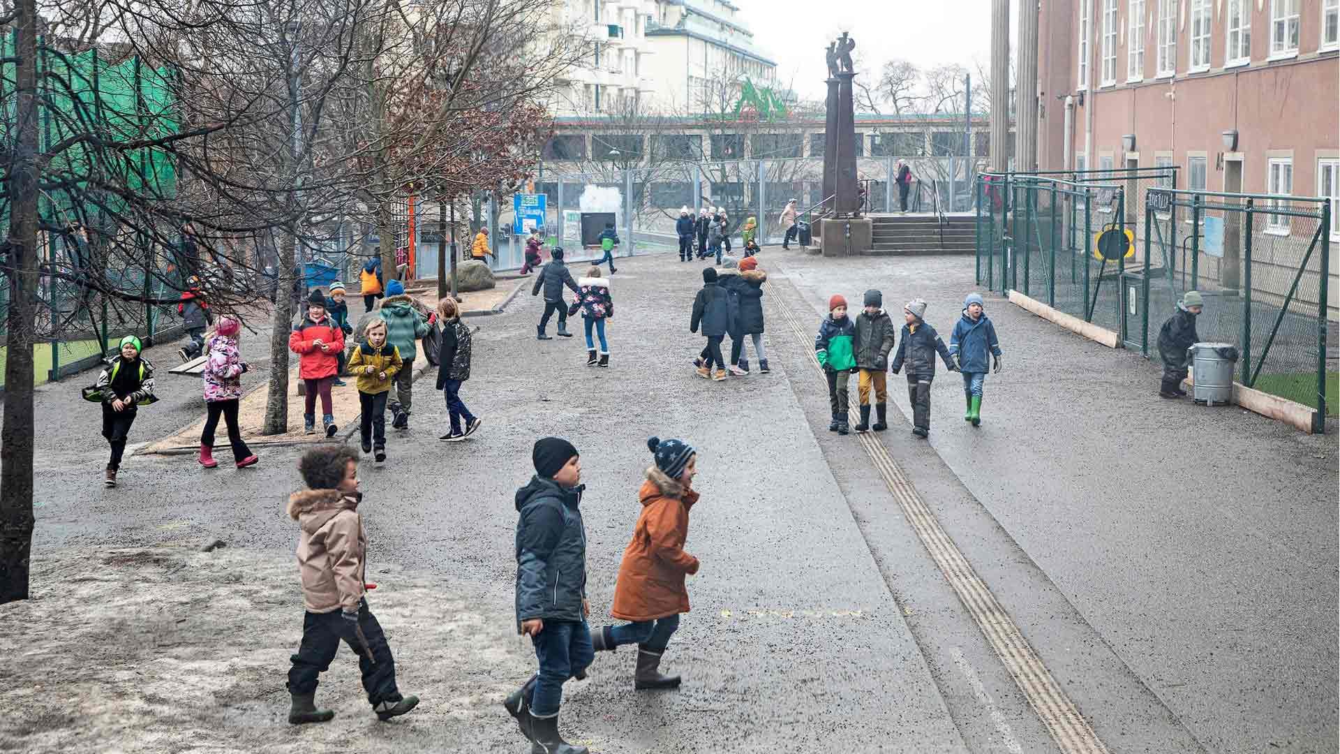Tukholman ruotsinsuomalaisessa koulussa on noin 500 oppilasta. Peruskoulut on pidetty auki pandemian ajan, koska sulkemisen haitat on nähty niin suuriksi.