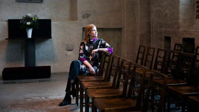 """Mari Leppänen vihittiin piispaksi poikkeuksellisesti lähes tyhjässä kirkossa. """"Tilaisuus oli kotoisa ja myös tasa-arvoinen, kun kaikki osallistuivat siihen samalla tavalla verkossa."""""""