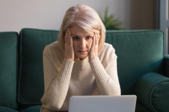 huolestunut nainen tietokoneella