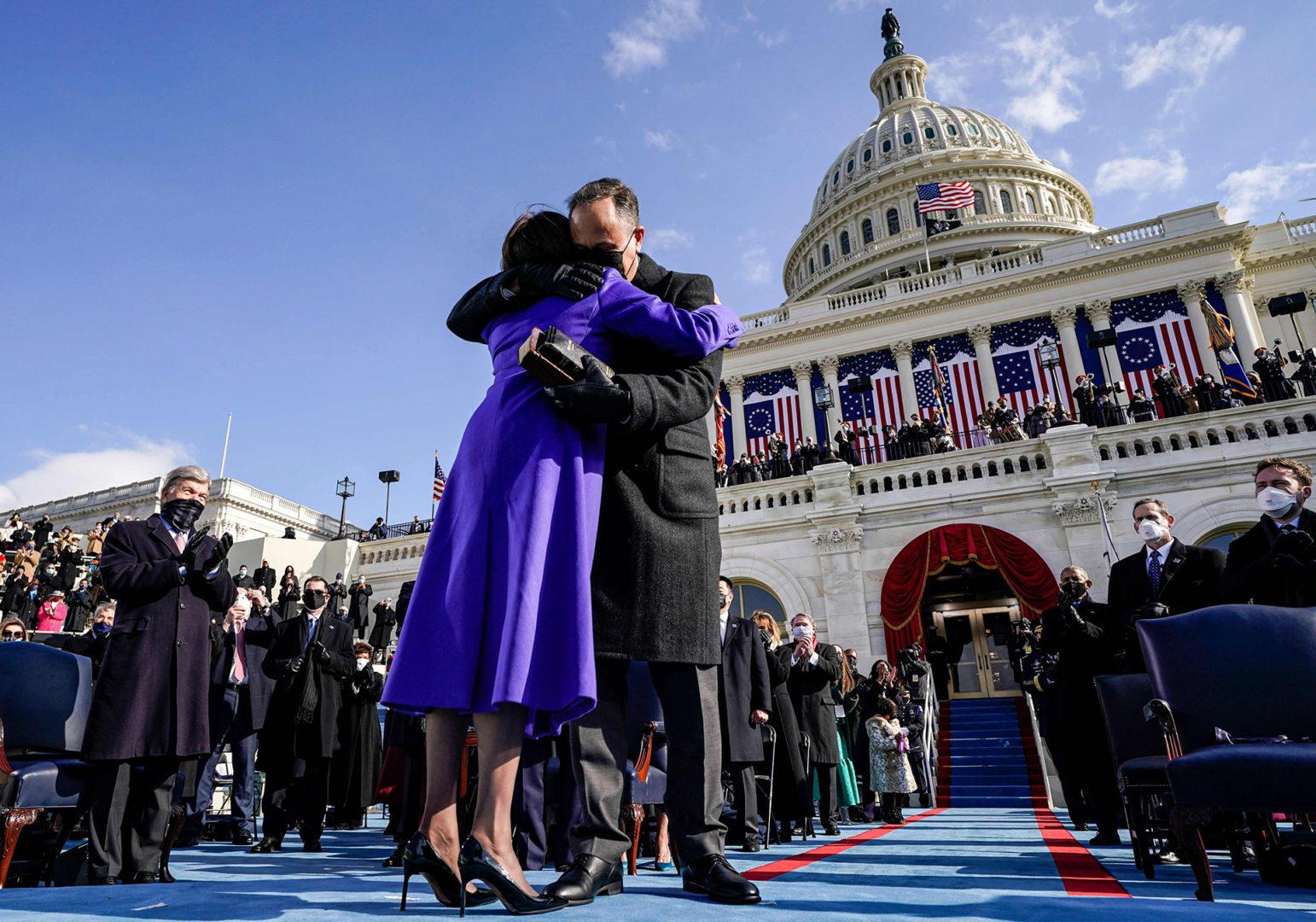 Yhdysvaltain varapresidentti Kamala Harris halaa miestään Dough Emhoffia virkaanastujaisissa tammikuussa 2021.