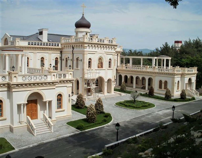 Entisenä KGB:n agenttina pidetty patriarkka Kirill eli Vladimir Gundajev pitää ylellisestä elämästä. Ylellisin Kirillin käyttöön rakennetuista residensseistä on palatsi Mustallamerellä Gelendžhikissä.