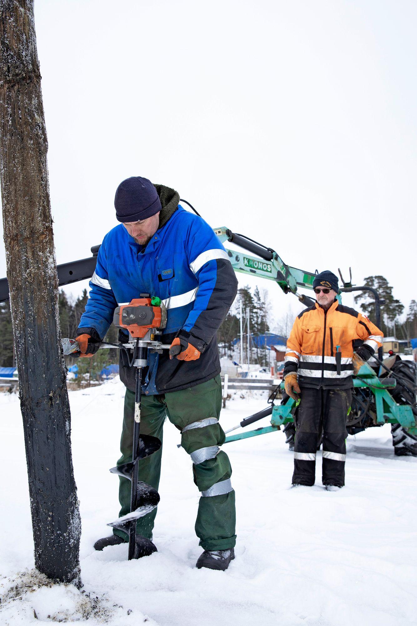 Janne Nordqvist tuli alun perin Tapani Johanssonille töihin palkollisena ja on nyt yksi venesataman osakkaista. Hän vastaa myös Tapanin tyttären Jenny Johanssonin kanssa Stormälön mökkikylästä.