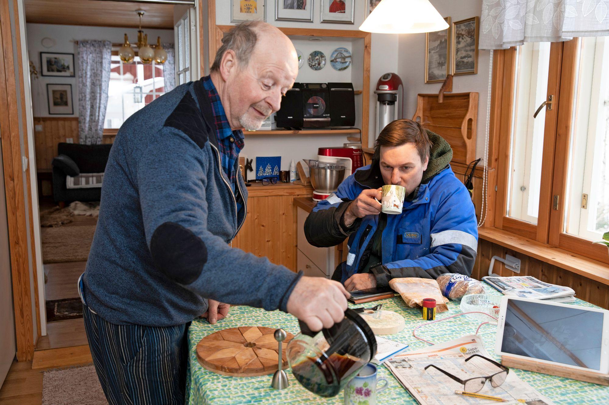 Alun perin Tapani Johanssonin asuinmökin tontti oli hänen isänsä, ja Tapani oli siinä vuokralla. Mökki oli niin vilpoinen, että pakkasella kissankupin vesi jäätyi. Kahvipöydässä myös Janne Nordqvist.