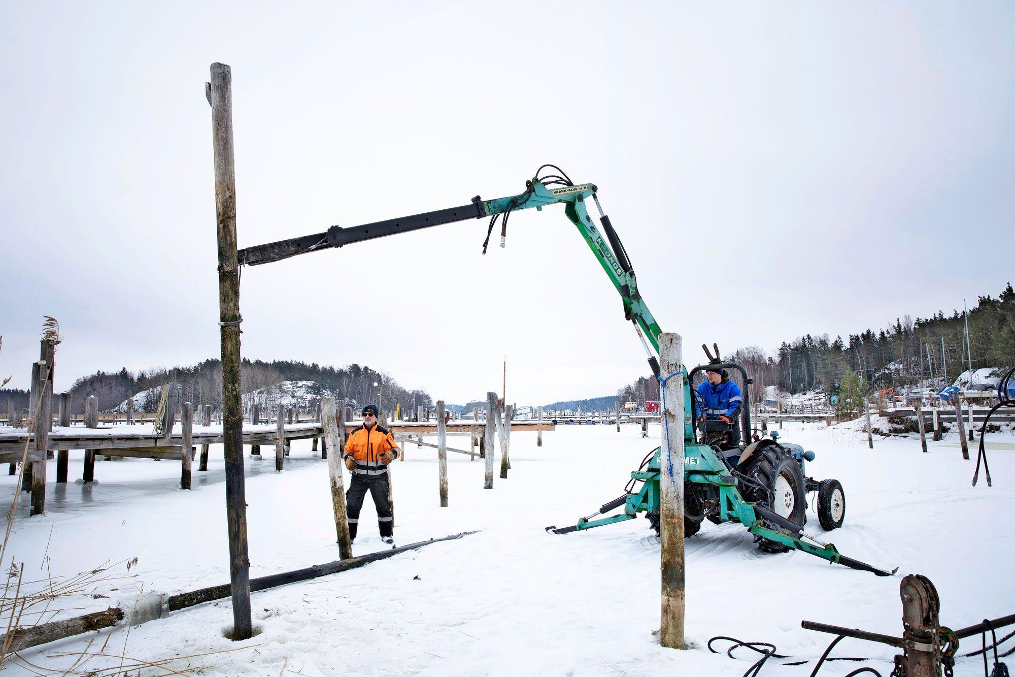 Tapani Johansson ja Janne Nordqvist korjaavat laitureita Paraisilla. Koronapandemia ei ole haitannut venesataman toimintaa, vaan yhä useammat ovat innostuneet veneilystä ja hankkivat venepaikkoja. Myöskään vuoden 2008 taantuma ei haitannut, sillä ihmiset eivät saaneet myytyä veneitään pois vaan tarvitsivat venepaikkansa. Sen sijaan 1990-luvun lama oli satamalle erittäin vaikea aika, ja yritys alkoi pärjätä vasta 2000-luvun puolella.