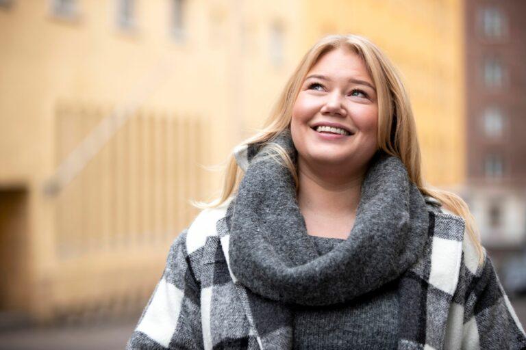 Sofia Jokinen on onnellinen, että uusien hampaiden ansiosta syöminen onnistuu jälleen normaalisti. Hammasremontin aikana hän joutui elämään monta kuukautta pirtelöillä ja keitoilla.