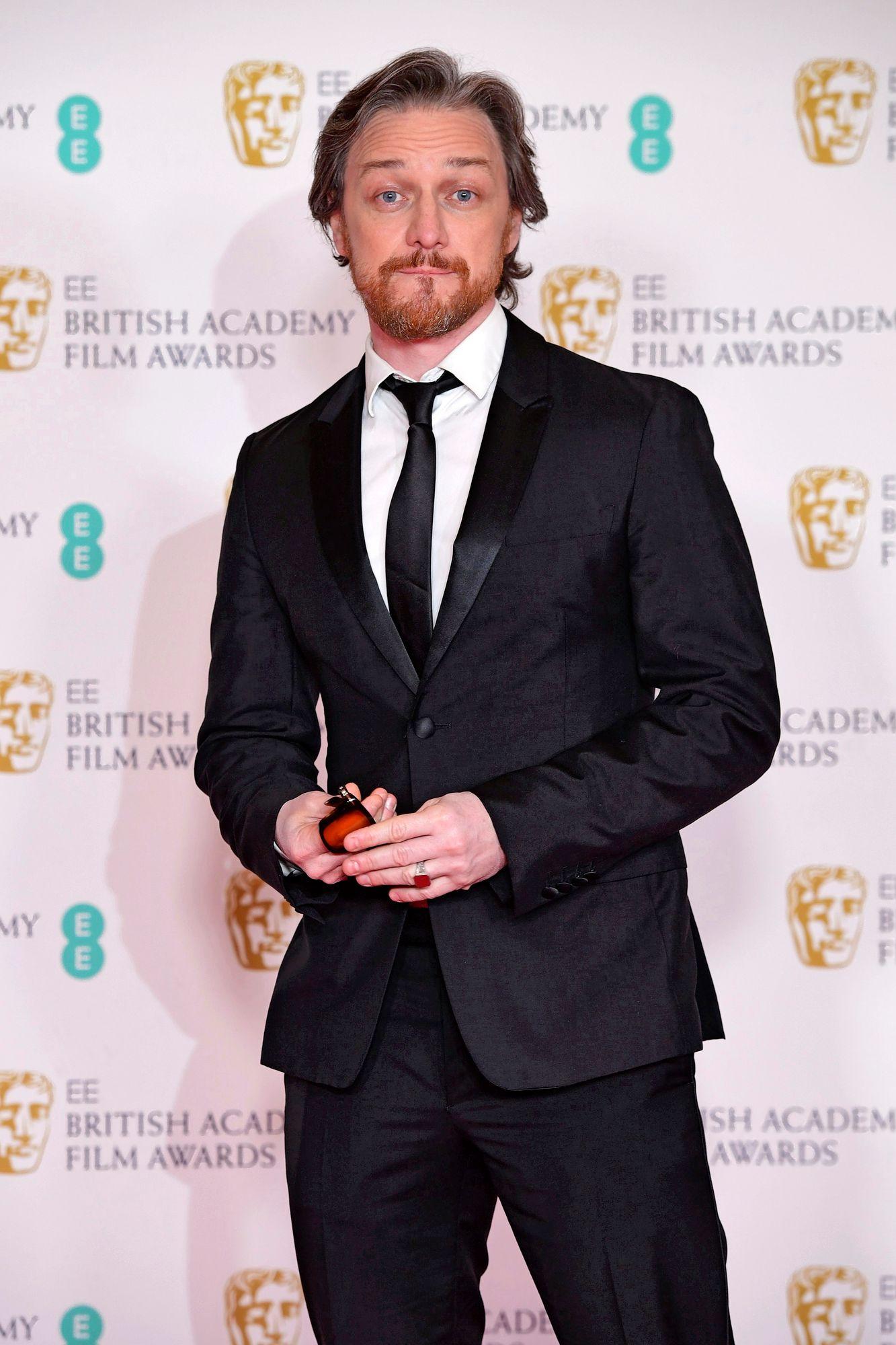 """Yksi gaalan palkintojen jakajista oli X Men -tähti James McAvoy. """"Kivaa olla ulkona puvussa ja tarpeettomissa aurinkolaseissa"""", tuumasi McAvoy somessa. © Ian West / PA Images / MVPhotos"""