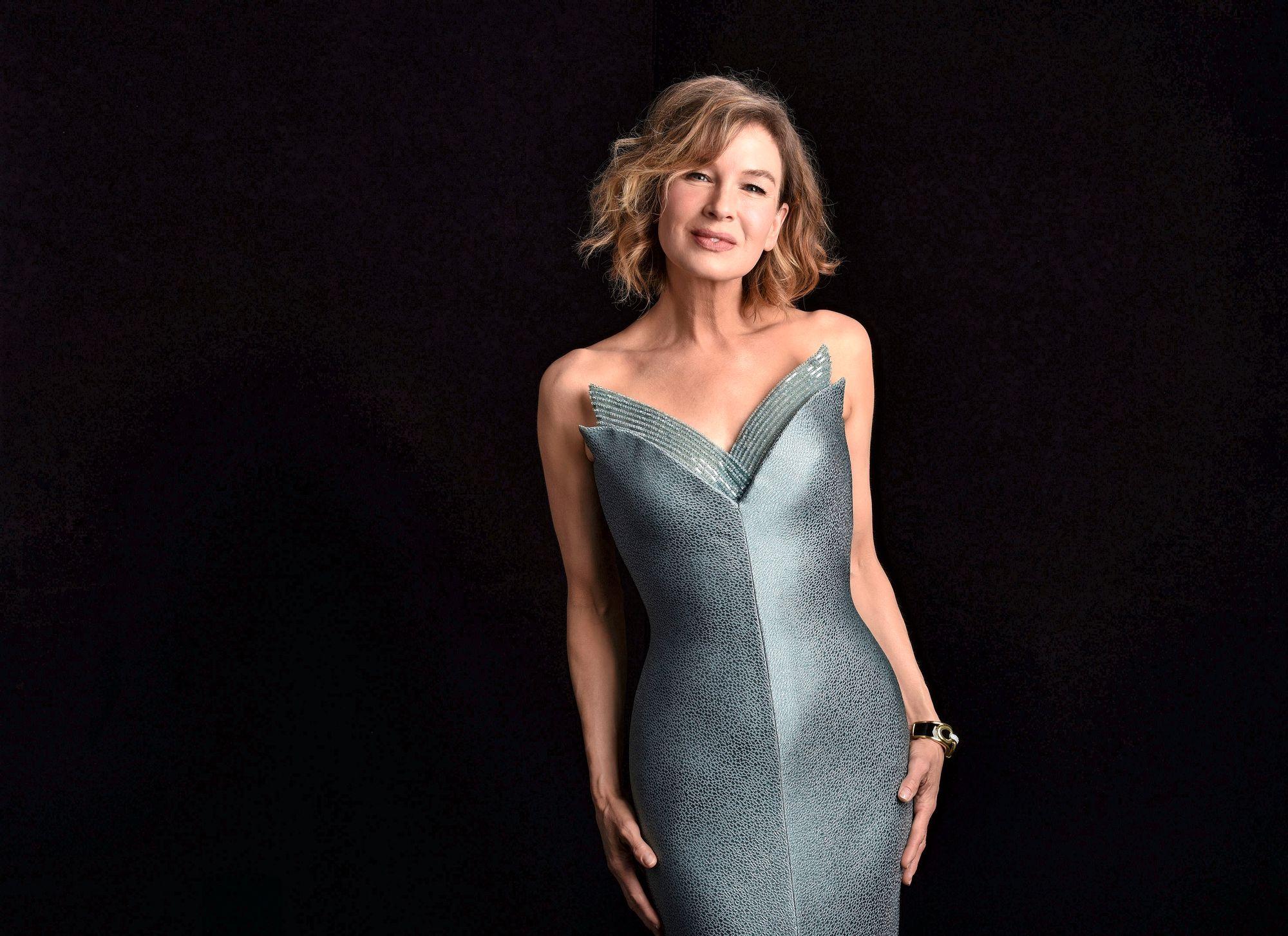 Viime vuonna BAFTA-palkittu näyttelijä Renée Zellweger osallistui gaalaan Los Angelesista käsin, jossa hän poseerasi veistoksellisessa luomuksessa. Zellweger jakoi parhaan näyttelijän palkinnon, jonka sai Sir Anthony Hopkins. © Copyright (c) 2021 Shutterstock.