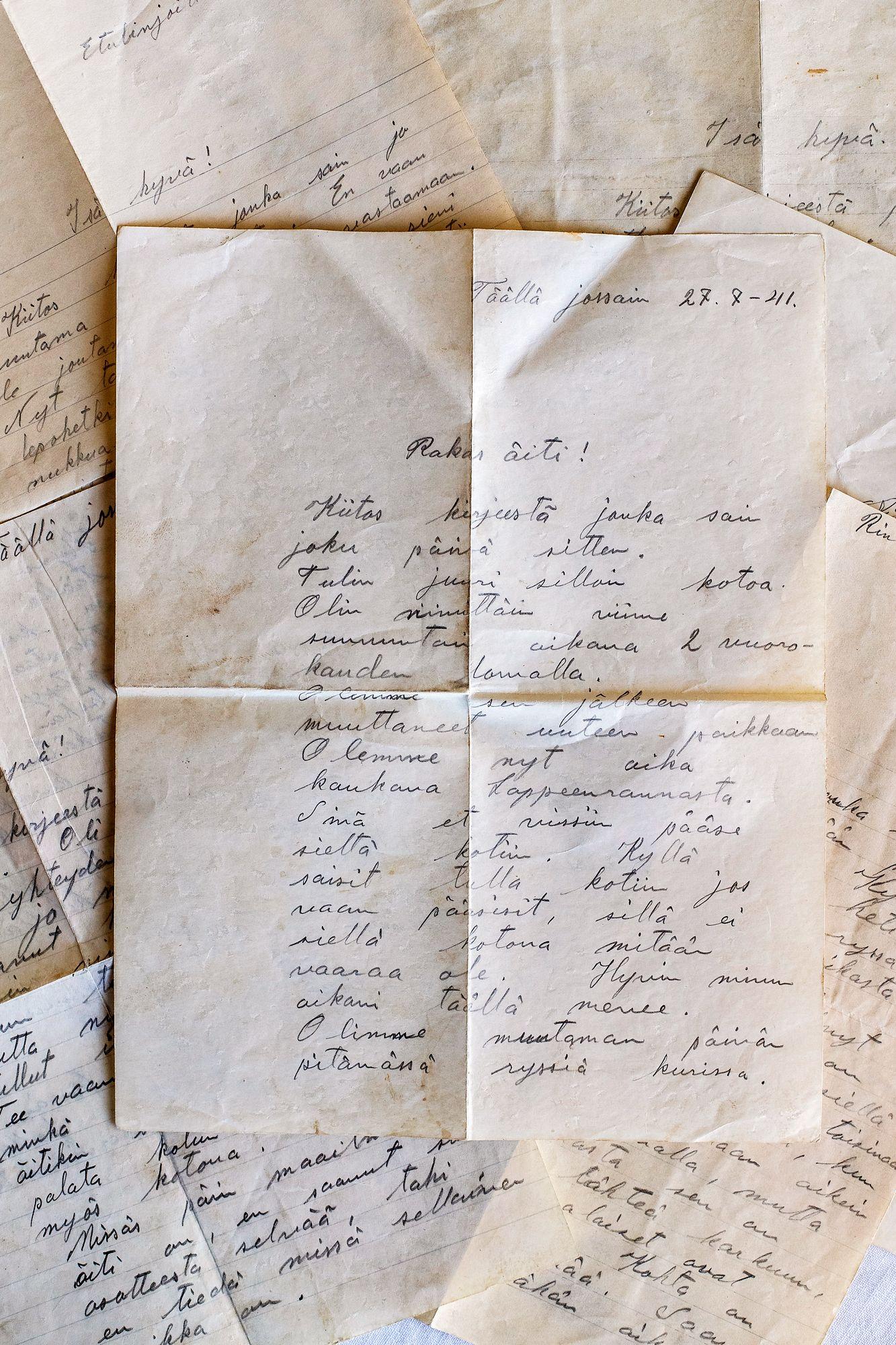 """""""Rakas äiti."""" Tauno kirjoitti kirjeen perheen evakkopaikkaan kesällä 1941."""