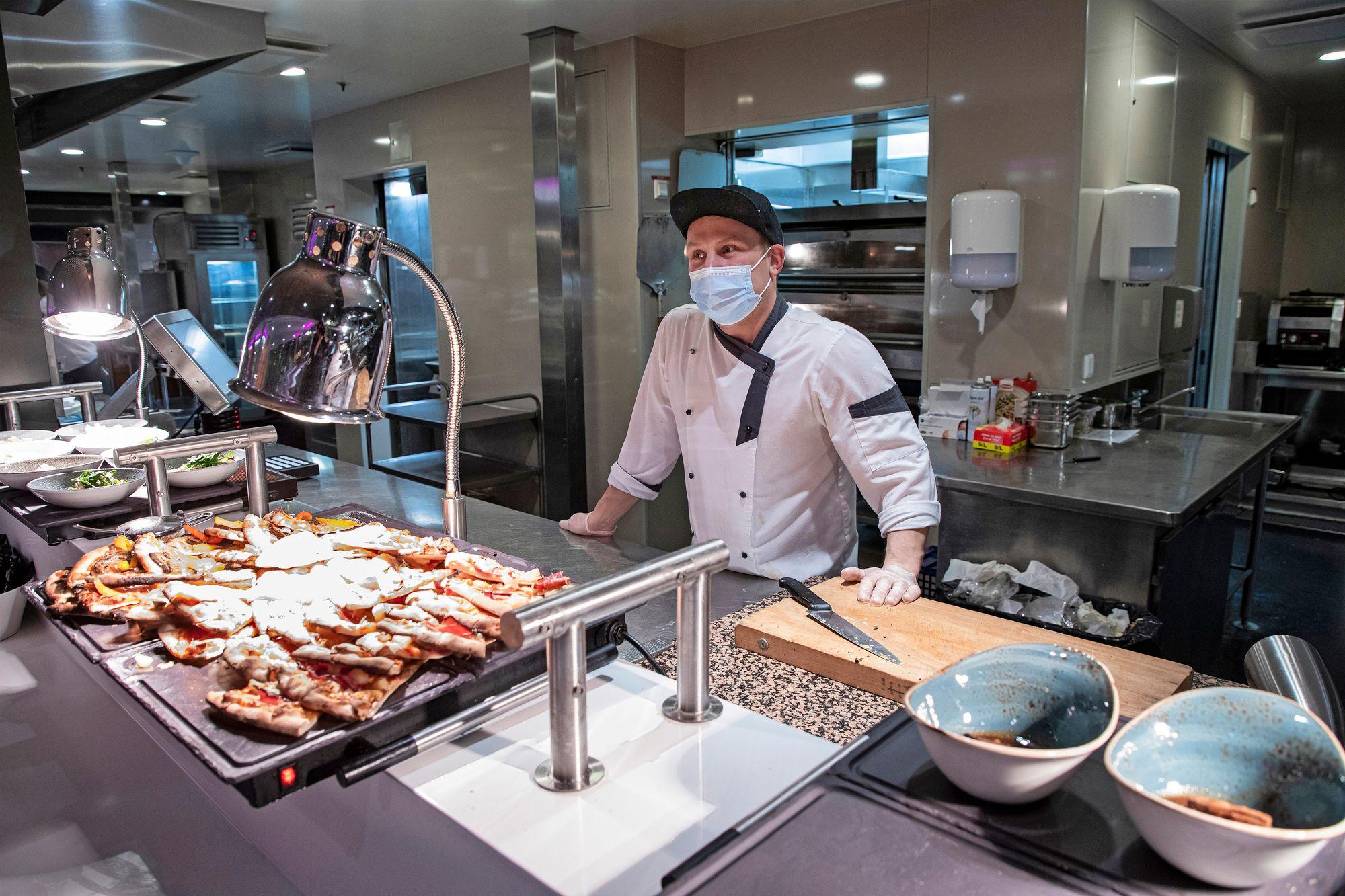 Raumalainen kokki Joni Varjonen on työskennellyt laivaravintoloissa vuodesta 2003. © Petri Mulari