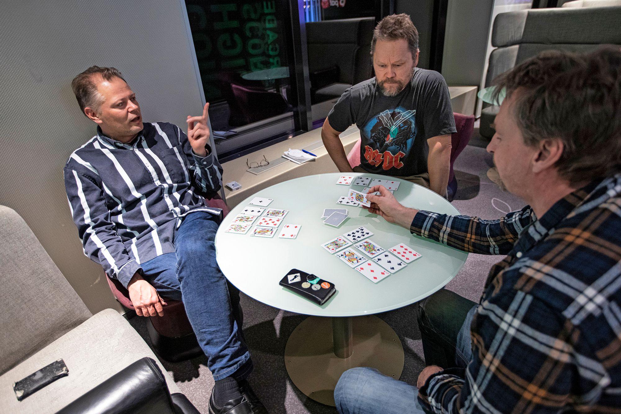 Kaverukset Mika (vas.), Topi ja toinen Mika tulivat risteilylle pelaamaan korttia ja ostoksille. © Petri Mulari