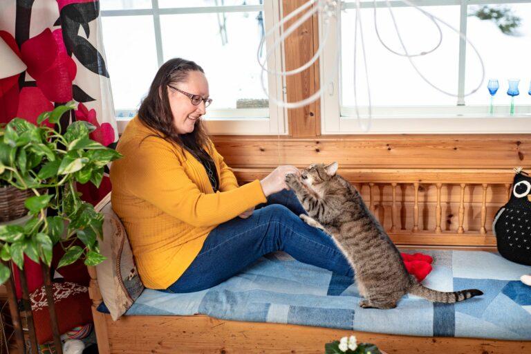 Tigris-kissa, meri ja metsä ovat antaneet Eva-Maria Strömsholmille voimaa jaksaa vaikeita kokemuksia. © Päivi Karjalainen