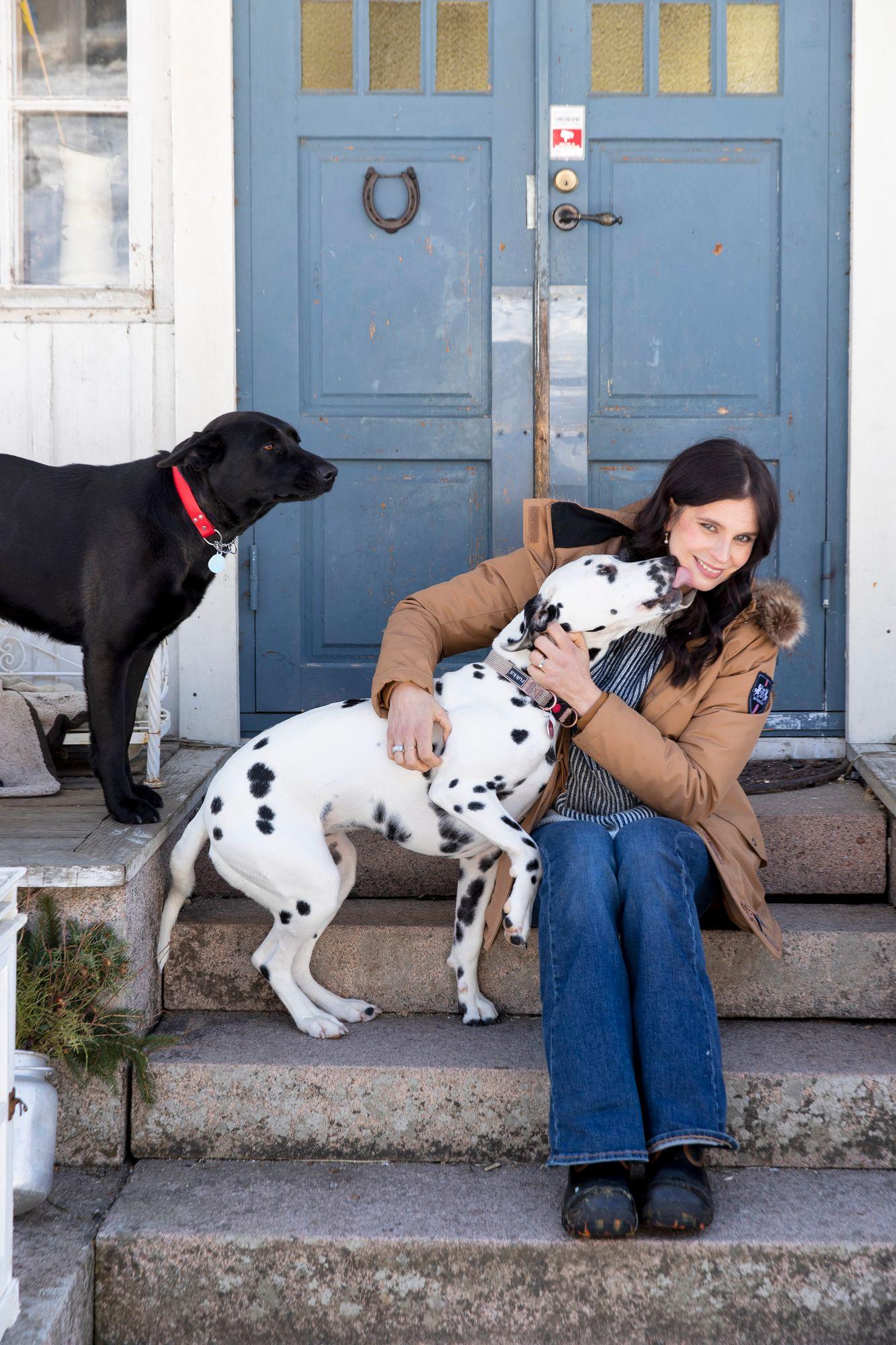 Eläimet ovat Olga Temoselle rakkaita. Kotiportailla koirat Tara ja Tippa. © Tommi Tuomitommi.tuomi@otava.fi