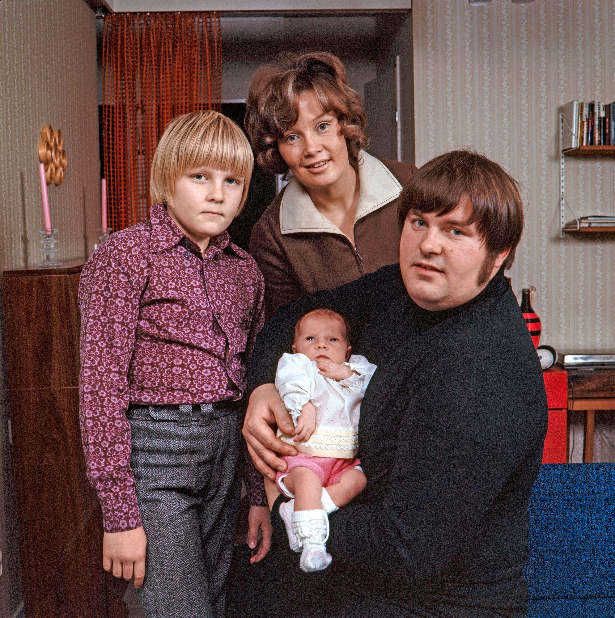 Perhe oli Fredille tärkeä. Kuvassa vaimo Eva-Riitta Siitonen, poika Petri ja vastasyntynyt tytär Hanna-Riikka vuonna 1970. Perhelle Fredi oli Iso. © Helge Heinonen / JOKA / Museovirasto