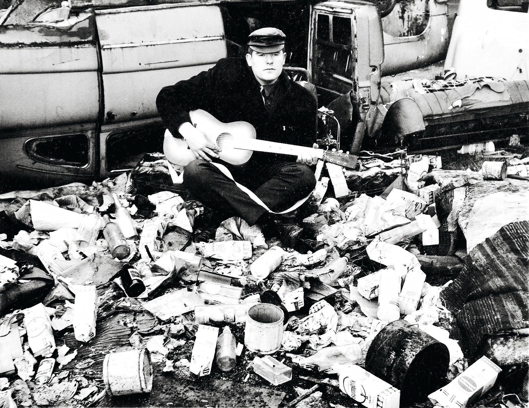Roskisdyykkarin balladin ilmestyessä Fredistä otettiin promokuvat Pasilan kaatopaikalla Ilmalassa. © Alvar Kolanen/Otavamedia