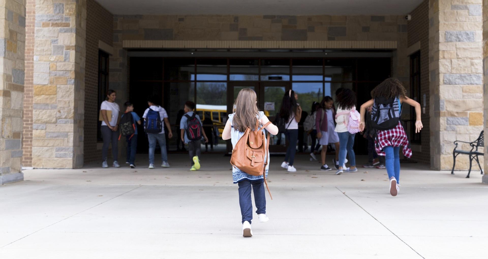 Varsinkin koulupolun ensimmäisinä vuosina ikäluokkansa nuorimmat tarvitsevat enemmän aikuisten tukea koulunkäyntiinsä.