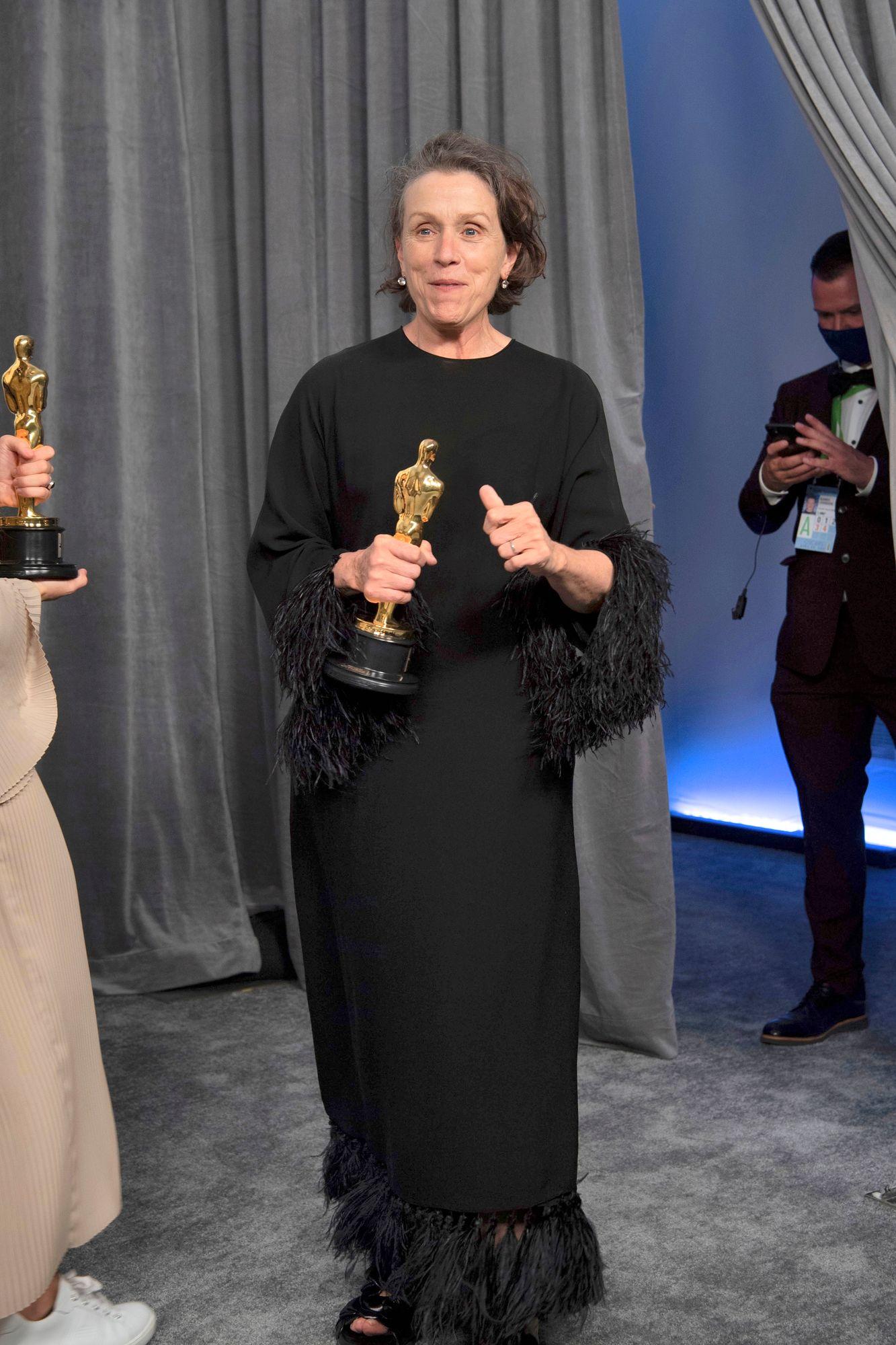 Näyttelijä Frances McDormand palkittiiin parhaasta naispääosasta ylistetystä Nomadland -elokuvasta. Se oli hattutemppu, sillä McDormandilla oli jo entuudestaan kaksi Oscaria. © ED/JL/A.M.P.A.S.Matt Petit / Camerapress / MVPhotos
