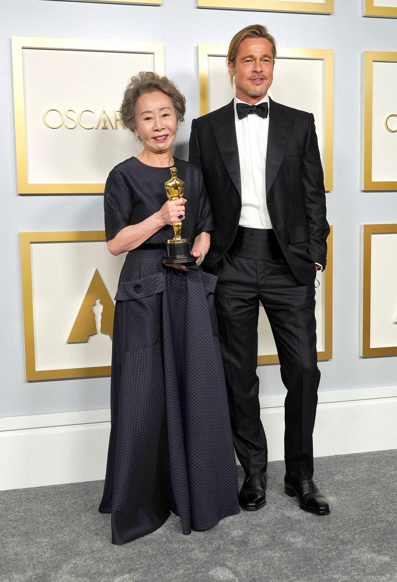 """Eteläkorealainen näyttelijä Youn Yuh-jung voitti Oscarin sivuosasta Minari -elokuvassa. """"Tämä on jännittävää ja vähän outoakin"""", kertoi Youn punaisella matolla ja pääsi palkinnon saatuaan kuviin Brad Pittin kanssa. © AP / MEGA / The Mega Agency / MVPhotos"""