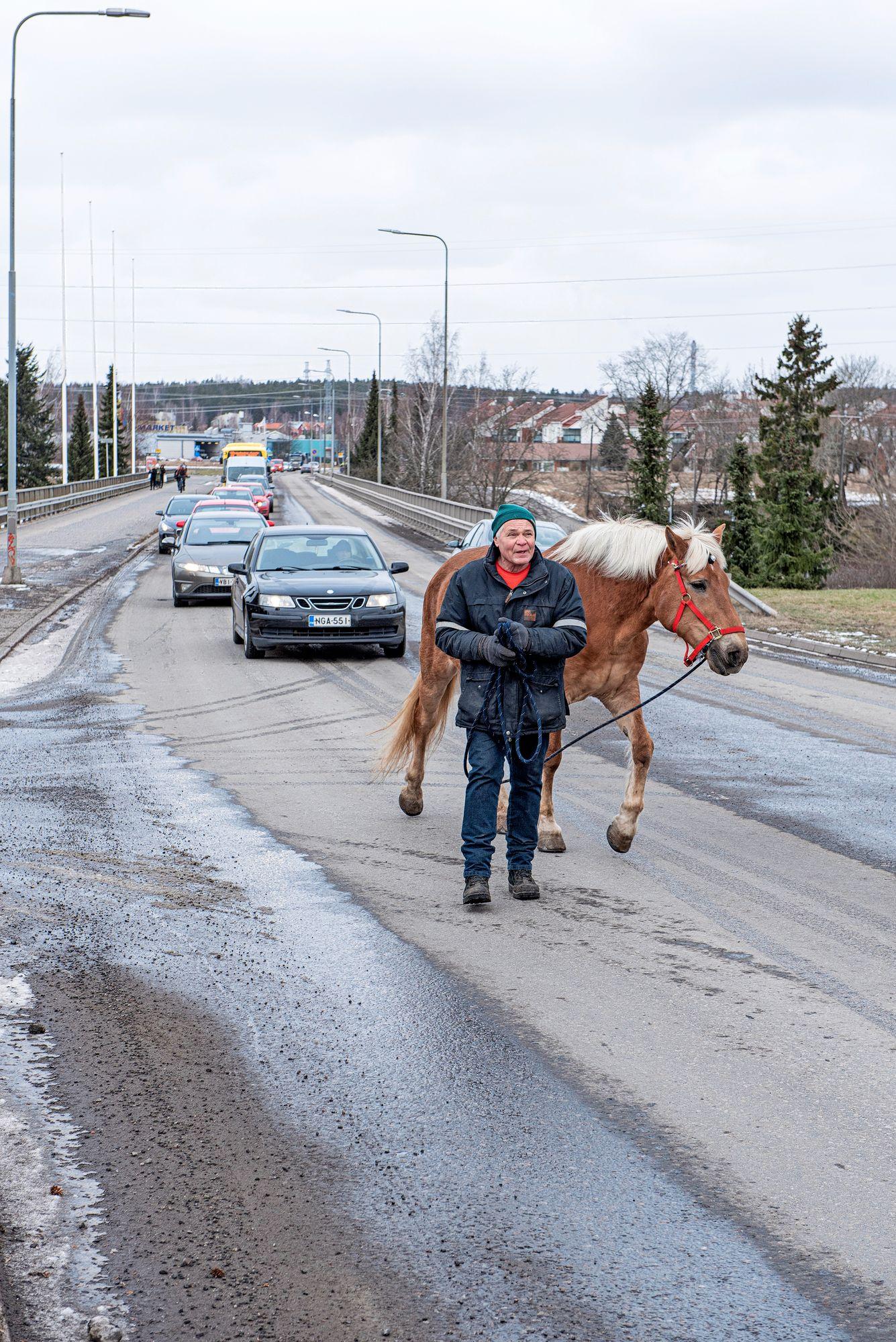 Mitä pitemmälle matka etenee, sitä pitemmäksi kasvaa jono Kullannupun ja Heikki Mikolan takana. © Vesa Tyni