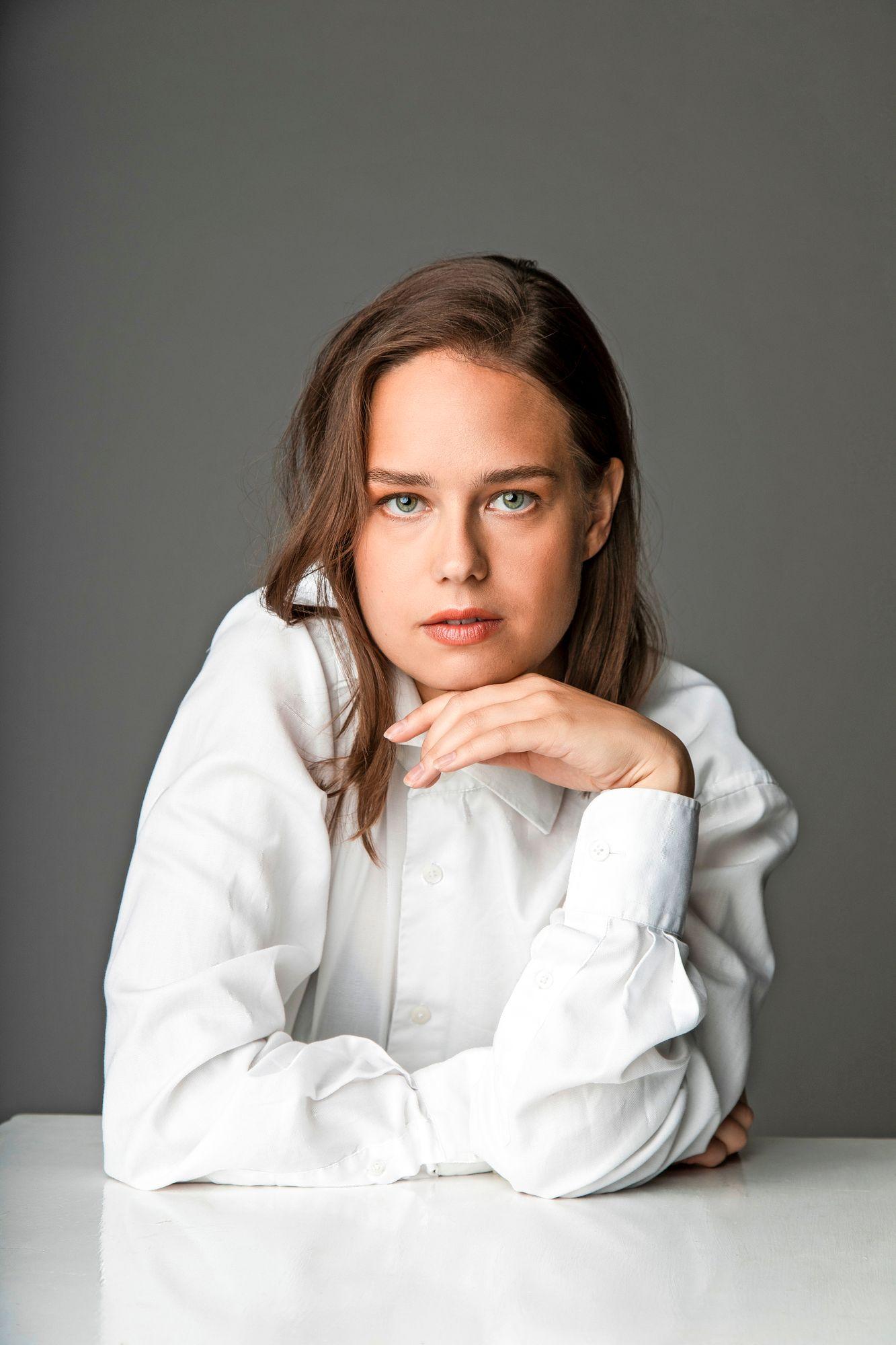 """""""Sarjaa oli ihana olla tekemässä. Mukana oli niin ihana työryhmä. Viroon reissaamiseen tottui nopeasti ja laivasta tuli kotoisa"""", näyttelijä Sonja Kuittinen tuumasi. © Henni Hyvärinen"""