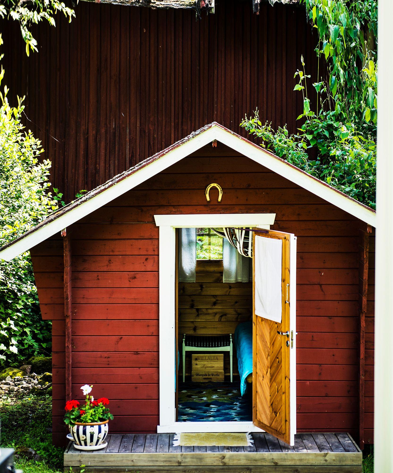 Yövieraat majoittuvat pihan pienessä aitassa. © Ari Heinonen/Otavamedia