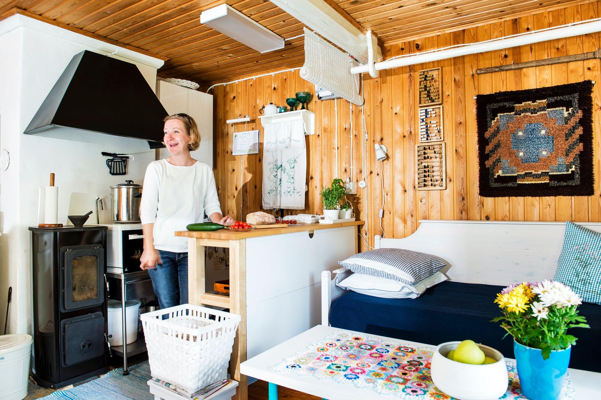Remontin yhteydessä tupaan tehtiin pieni keittiönurkkaus. © Ari Heinonen/Otavamedia